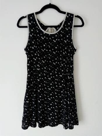 Vestido negro con estrellas blancas