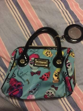 Cosmetiquera o bolsa de mano Betsey Johnson