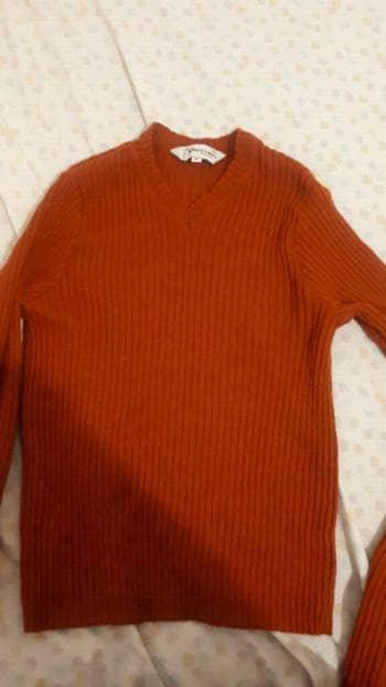 Suéter naranja cuello v