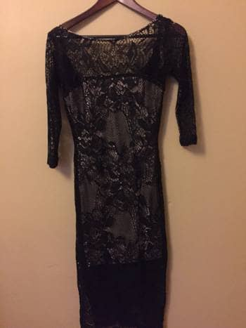 Vestido negro con fondo beige