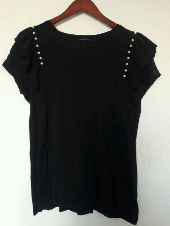 Blusa negra con holanes y perlitas