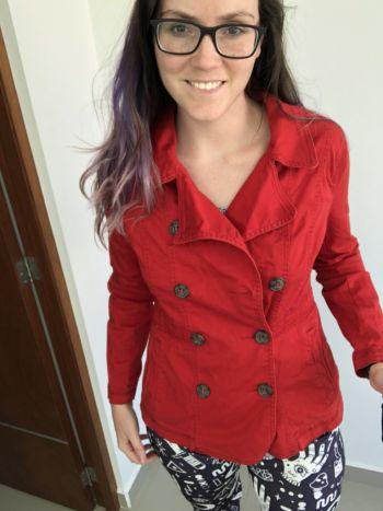 Abrigo rojo con botones