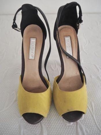 Zapato abierto en color negro con amarillo.