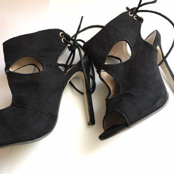 Zapato negro con cortes