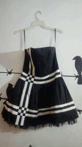 Vestido negro de rayas blancas