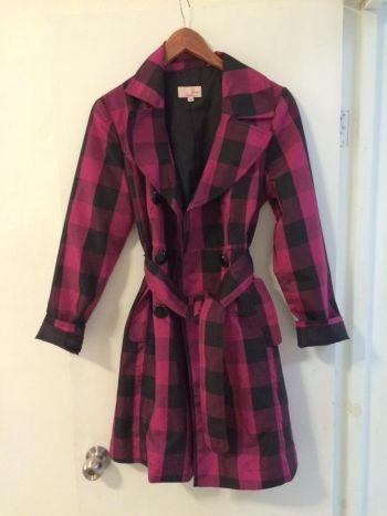 Abrigo tipo gabardina rosa con negro