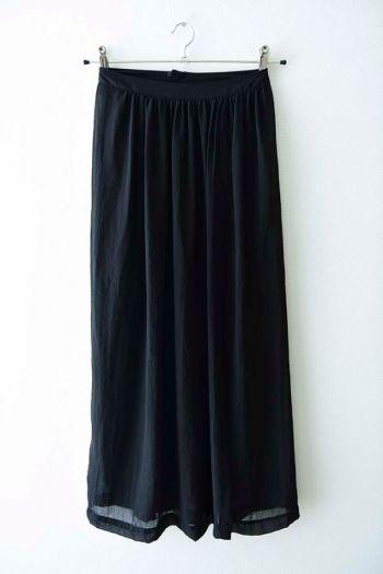 Falda larga negra con falda corta abajo.