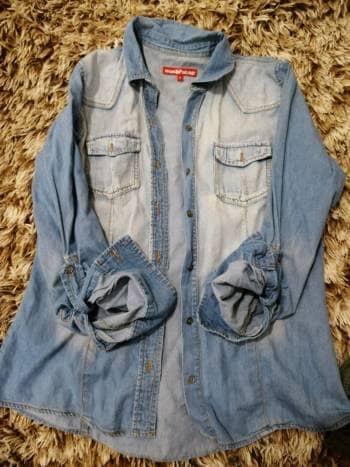 Camisa de mezclilla degradada