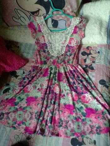 Vestido de florecitas, con encaje en espalda.