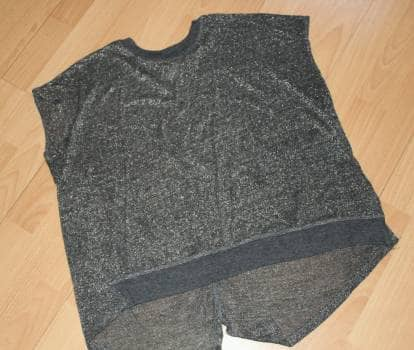 Blusa corta asimétrica metálica