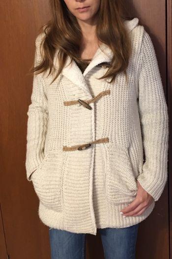 Abrigo beige con capucha y broches en cafe.