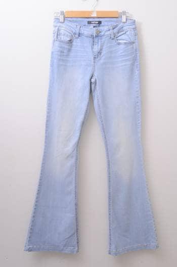 Jeans acampanados azul claro