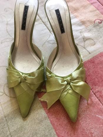 Zapatillas elegantes verdes con moño