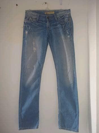 Jeans simulando roto