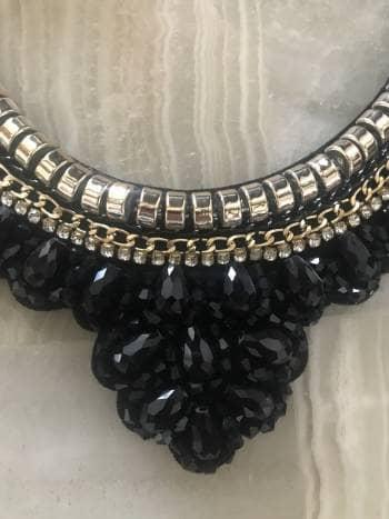 95941104af45 Collar pedreria negro con detalles en dorado - GoTrendier - 850118