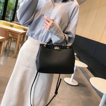 Bolsa negro estilo fendi