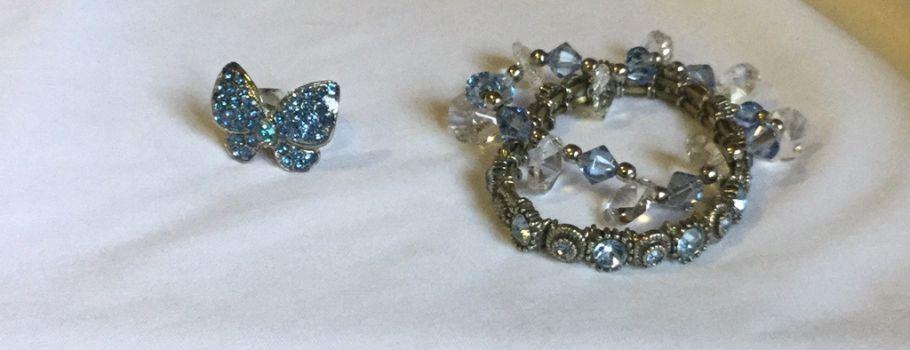 Pulseras y anillo azul