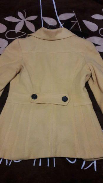 Abrigo color mostaza