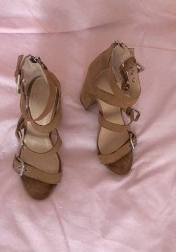 Sandalias con broches