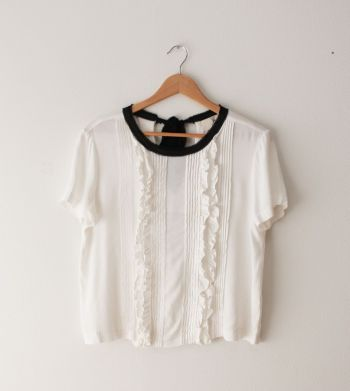 Blusa blanca con olanes enfrente