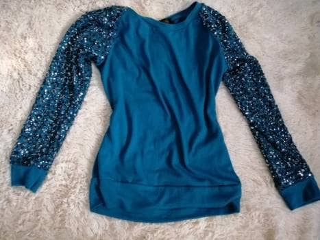 Suéter azul mangas lentejuelas